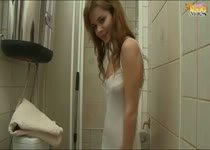 Na het douchen smeert het tiener meisje haar naakte lichaam in met body lotion