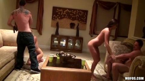 Twee geile stellen die zich laten filmen tijdens het pijpen en neuken