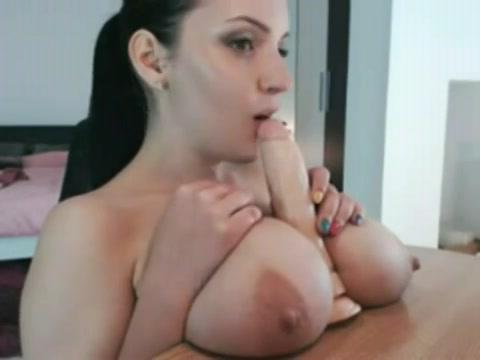 Voor de webcam showt ze haar hang tieten terwijl ze een dildo pijpt