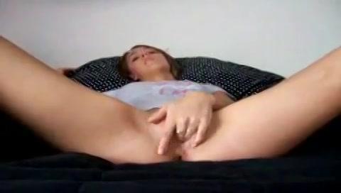 Ze doet haar beentjes wijd voor de webcam en mastubeerd