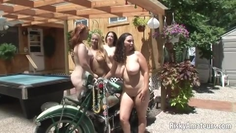 Geile naakte meiden op de camping