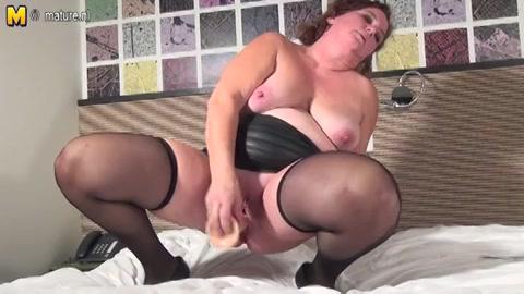 Geile huisvrouw in sexy lingerie masturbeert met een sex toy