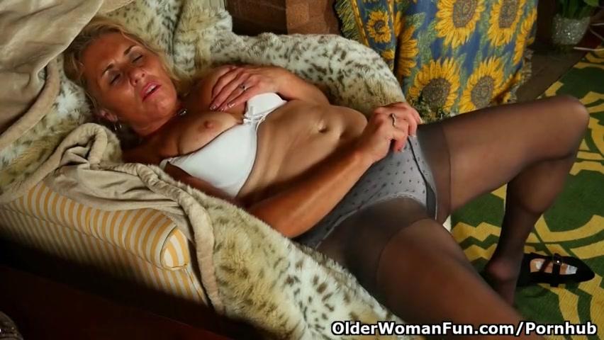 De geile oma speelt met de hard tepels en masturbeert haar natte kut