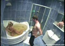 Alle neukstandjes proberen in bad
