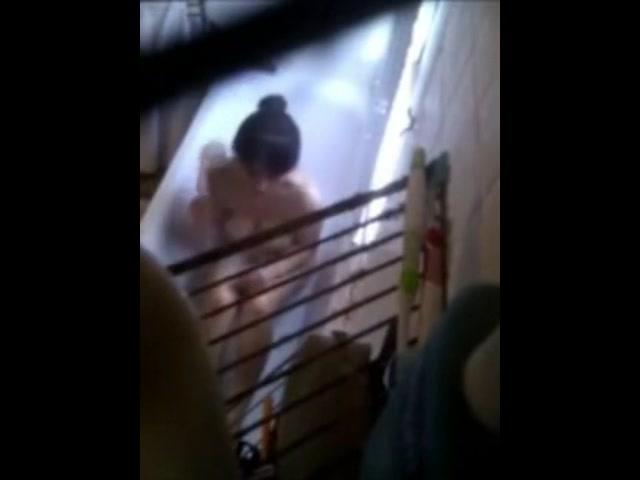 Voyeur filmt mooie meid in bad
