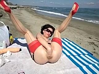 Geile huismoeder heeft kinky sex op het strand