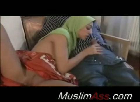 Sexy moslima vervult haar echtelijke plichten met verve