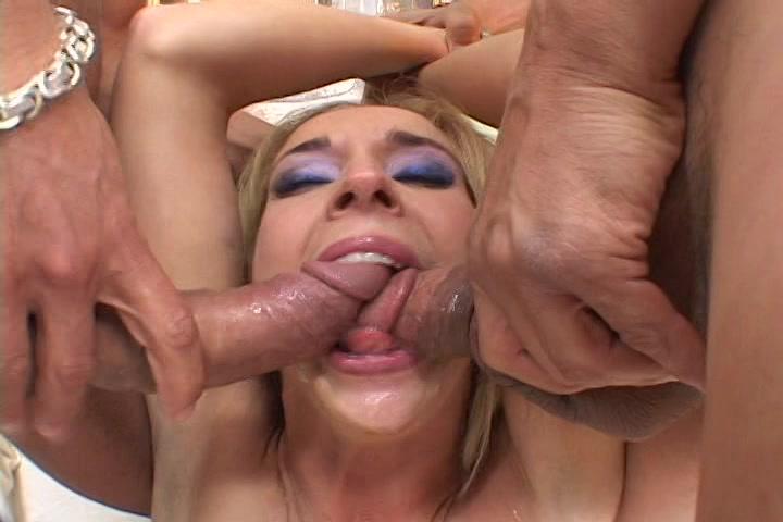 Twee grote lullen worden gepijpt en neuken haar mond