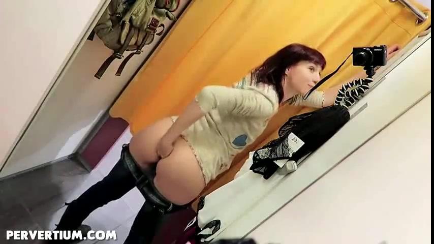 In de paskamer filmt het meisje hoe ze anal vuist neukt
