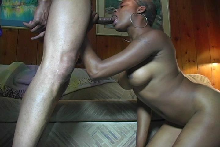 Op de knietjes pijpt de Ebony de zwarte lul waarna ze een neuk beurt krijgt