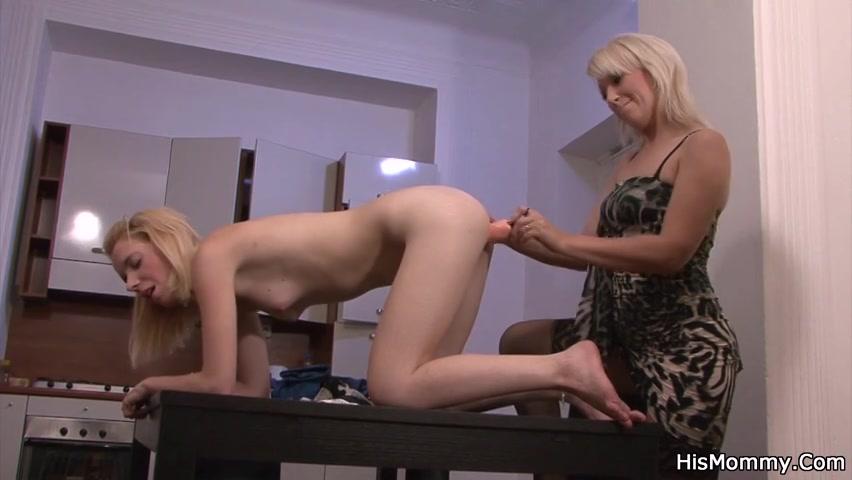 Twee bisex vrouwen worden terwijl ze elkaar masturberen betrapt