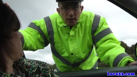 De man filmt hoe zijn vrouw geneukt word door de parkeerwachter