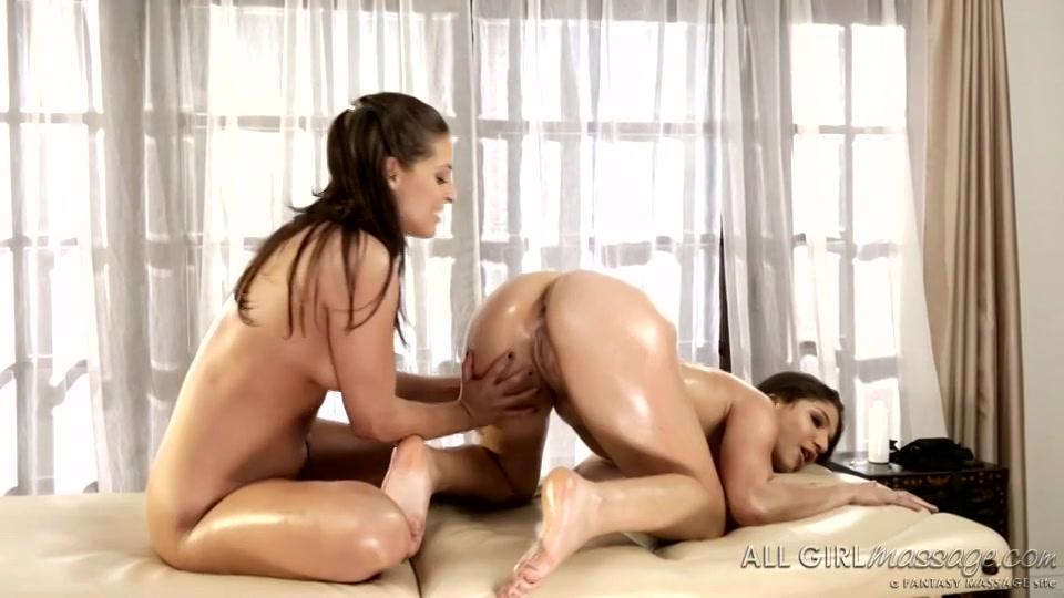 De geile lesbo krijgt tijdens de massage een orgasme