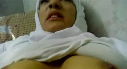 Neukend filmt hij de moslima