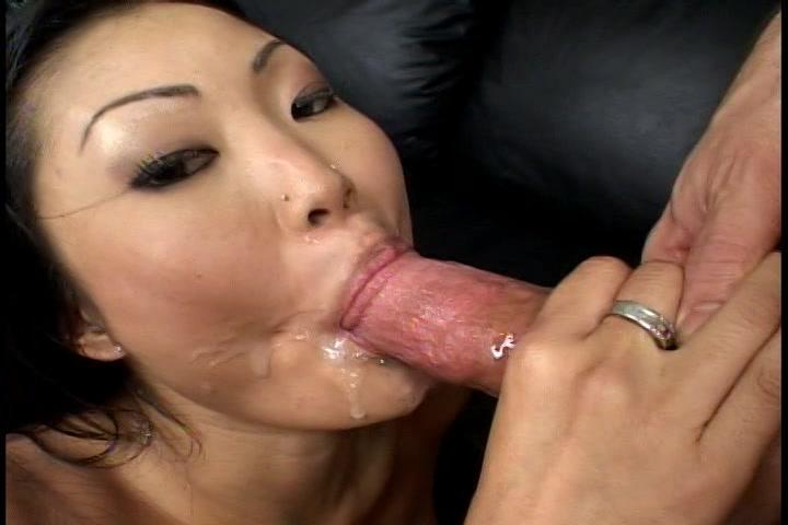Stralen sperma spuiten in de mond van de Aziatische hoer als hij klaar komt