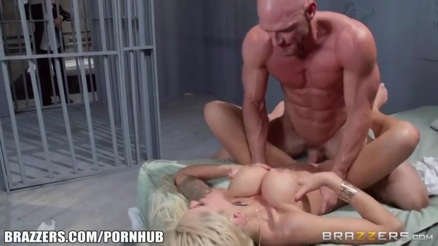 Zijn sexy vrouw neukt de gevangene tegenover hem