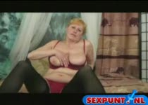 Roodharig rijpe vrouw speel wat met haar borsten en behaarde poes