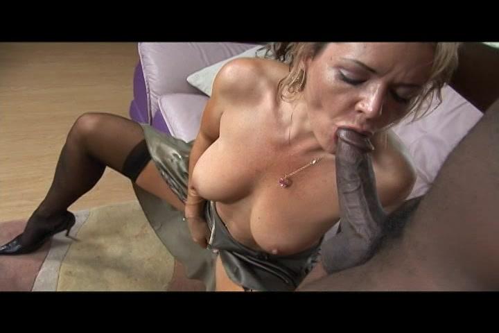 De geile huisvrouw laar haar mond vol sperma spuiten door de neger lul