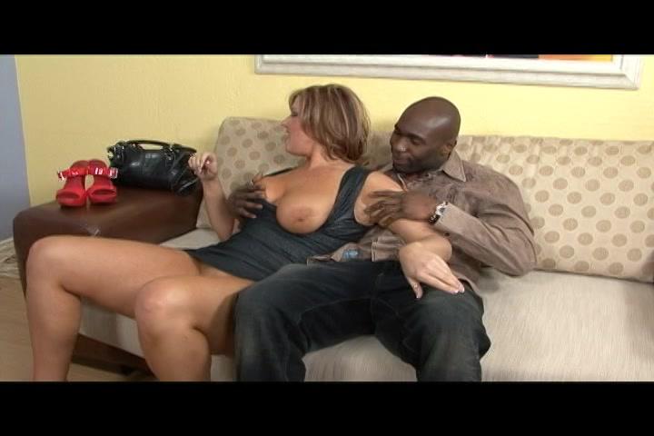Ze geilt de neger op en laat hem haar grote tieten kneden