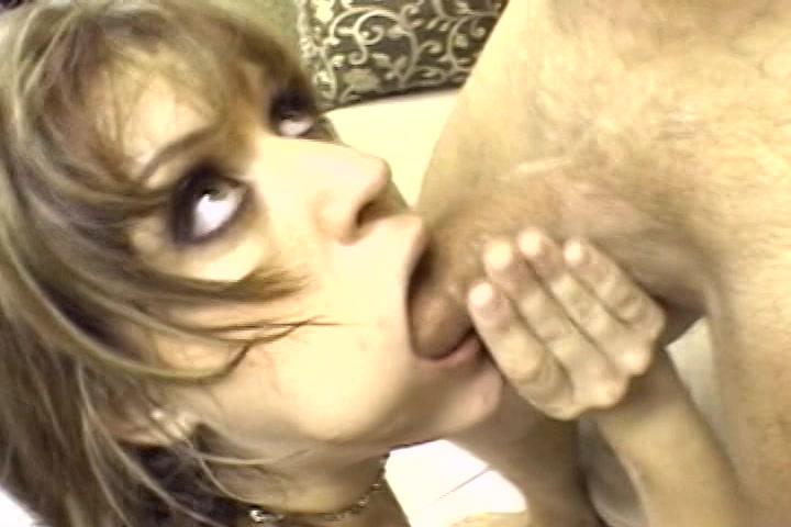 Kijk hoe dit stijve pikkie de keel van de milf neukt