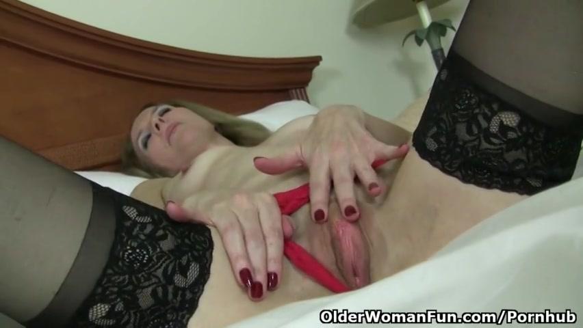 Oudere masturberende vrouw krijgt een orgasme
