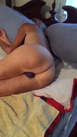 Opa vind oma op bed met een dildo in haar oude poes